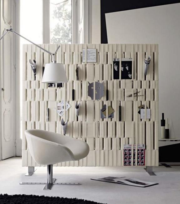 Smart och modern inredning med rumsavdelare som skapar.