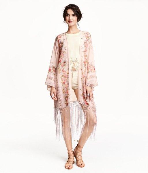 ljusrosa kimono med gula blommiga fransar, ljusgula shorts