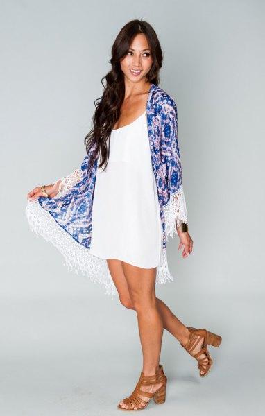 blå kimono med vit miniklänning med urringning