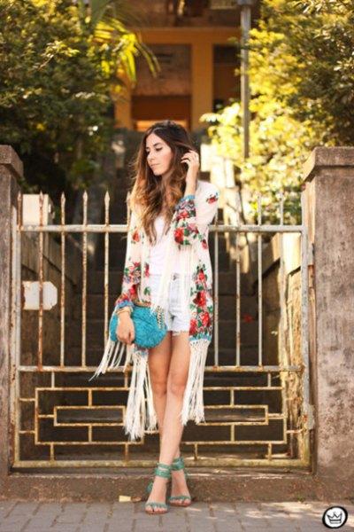 Elfenben blommig kimono ljusblå fransade jeansshorts