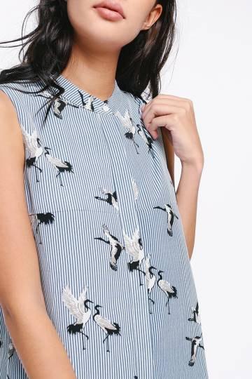mörkblå och vit randig skjorta med gåstryck