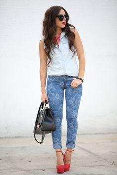 vit ärmlös skjorta blå skinny jeans med blommönster