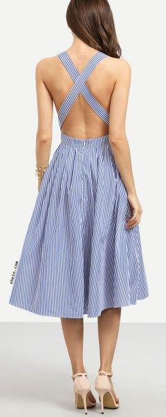 Mörkblå och vit randig midiklänning med korsad rygg