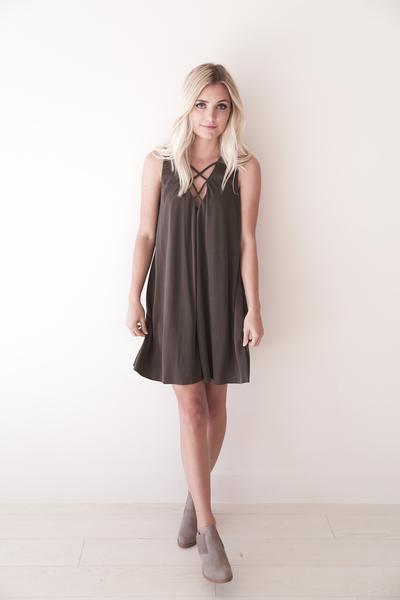 grå criss cross shift klänning