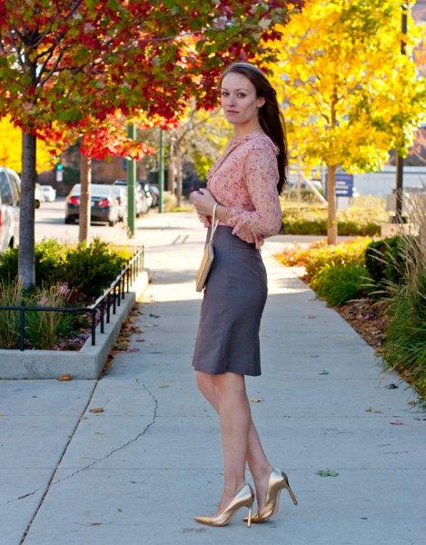 rodnad rosa chiffongblus med grå kjol och metalliska guldklackar