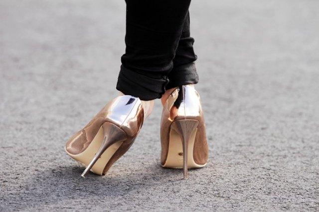 Slim fit jeans med svarta muddar och metalliska guldklackar