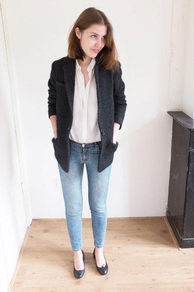vit skjorta svart kavaj jeans