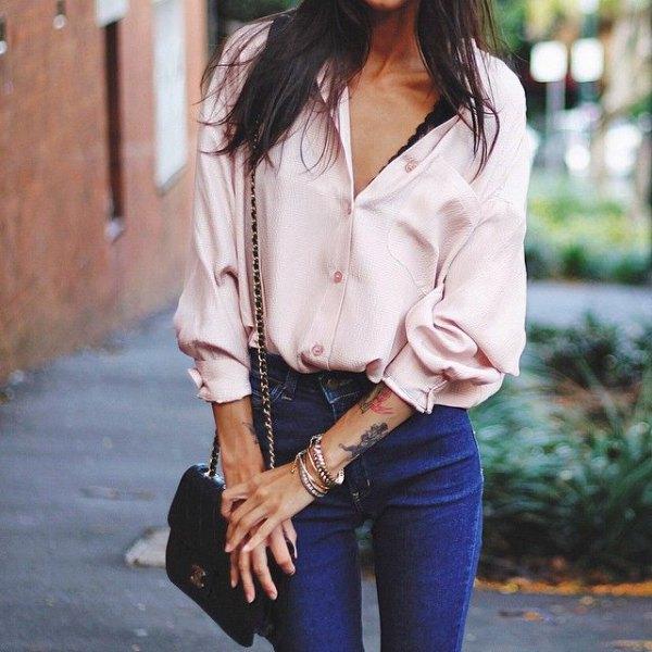 vit siden skjorta blå skinny jeans