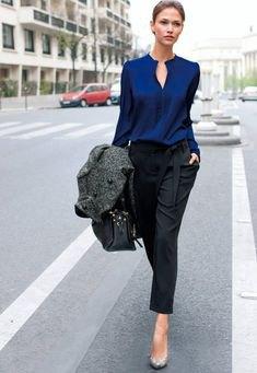 mörkblå sidenskjorta svarta chinos