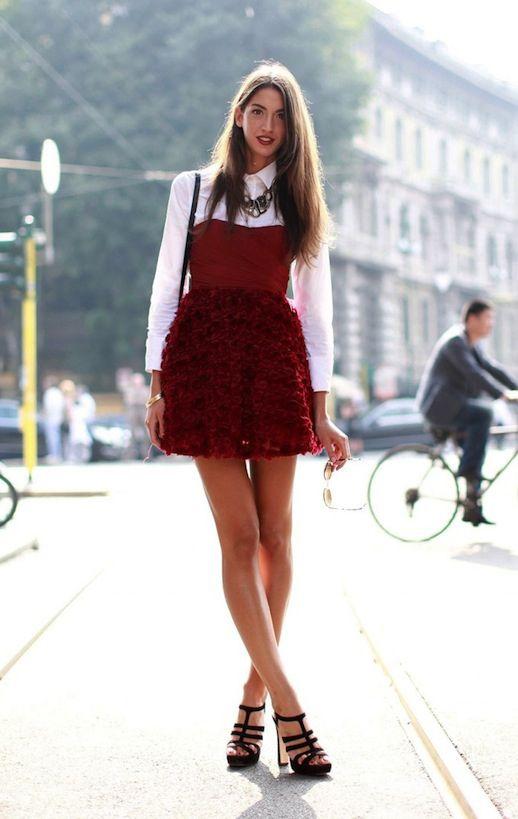skiktad röd axelbandslös klänning