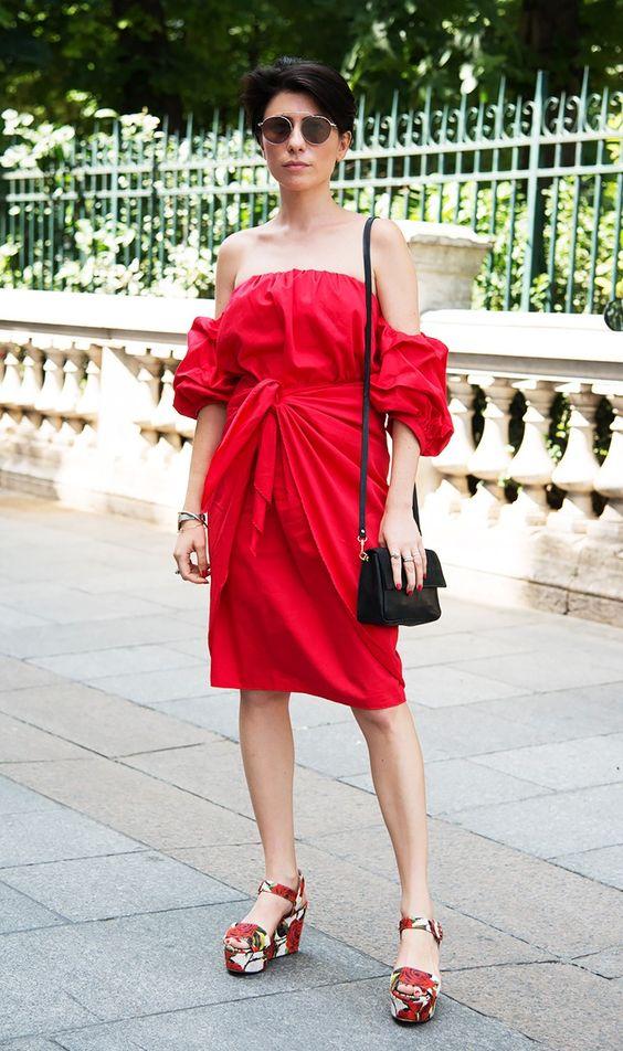 röd axelbandslös klänningknut