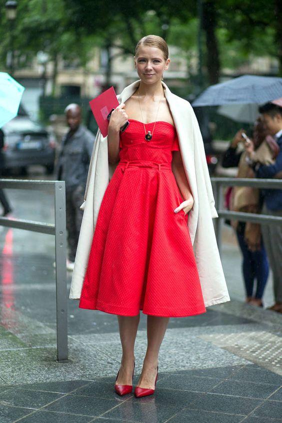 röd axelbandslös klänning beige kappa