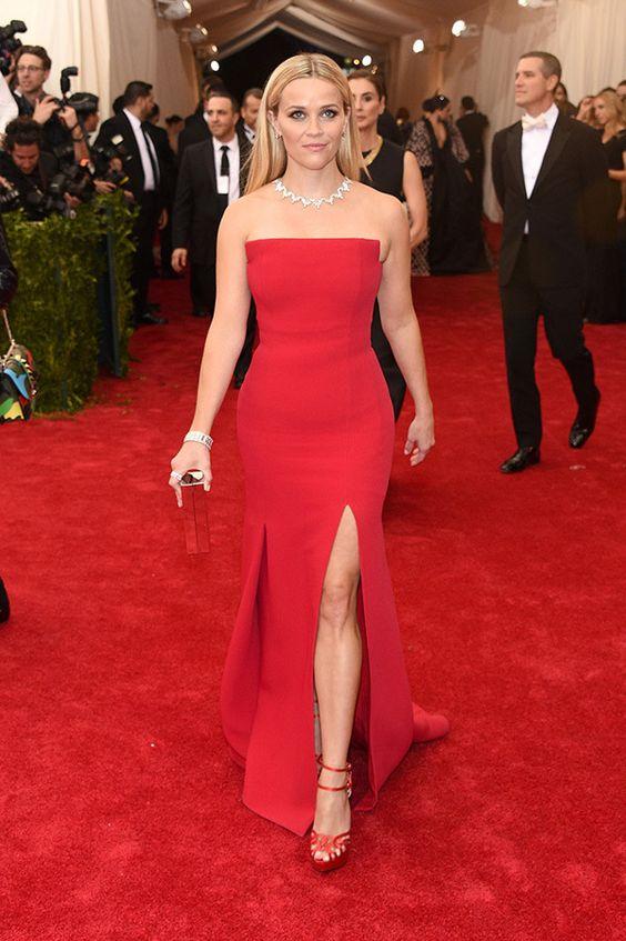 röd axelbandslös klänning röd matta