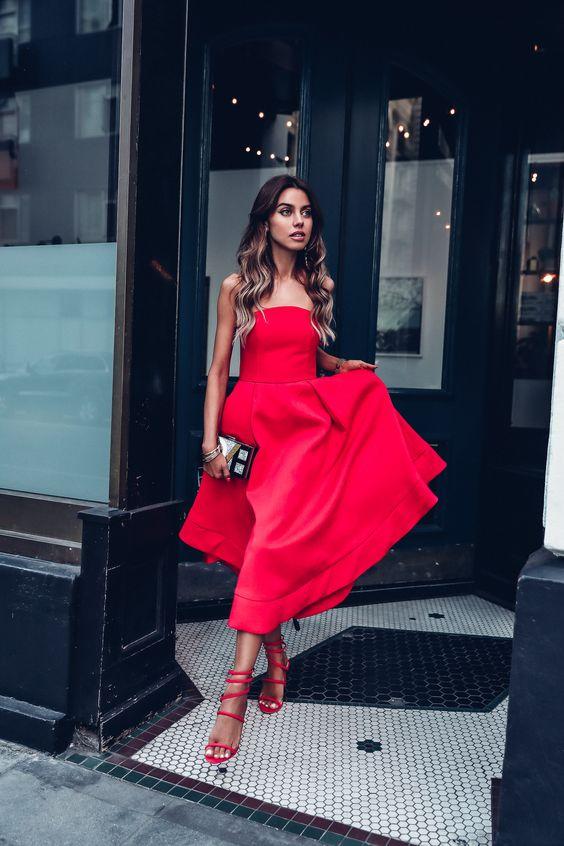 röd axelbandslös klänning helt röd
