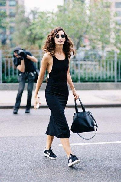 svart midi sjöjungfru klänning med scoop halsringning och sneakers