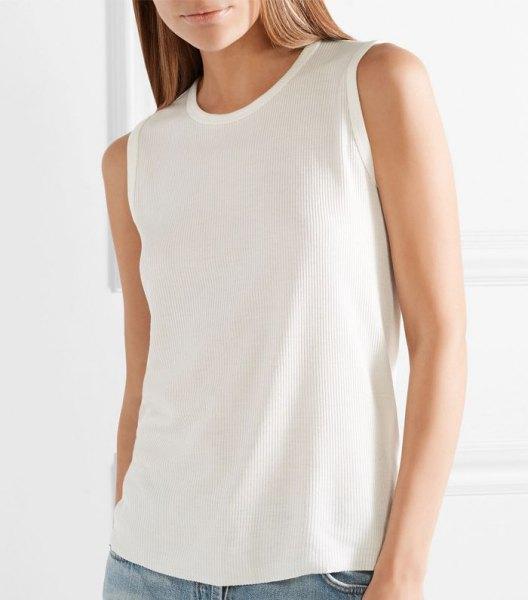 vit linne med scoop halsringning och blå slim fit jeans