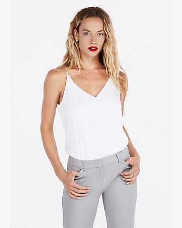 vit linne med V-ringning och grå slim fit-jeans