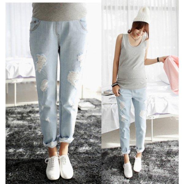 grå ärmlös topp med ljusblå moderskap jeans med raka ben
