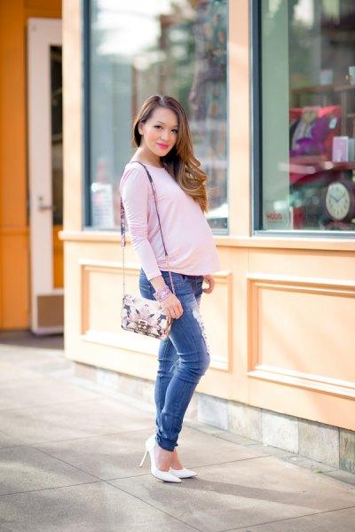 vit långärmad moderskap-t-shirt med blå, slim-fit jeans
