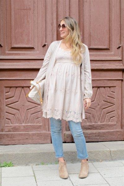 Blush rosa spets moderskap peplum tunika topp med ljusblå jeans
