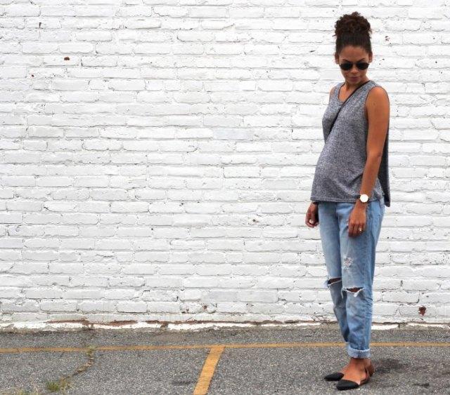 grå ärmlös tröja med urringning och avslappnad ljusblå jeans