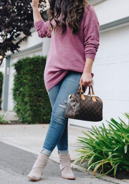 grå, grovstickad tröja med blå jeans och fotkängor