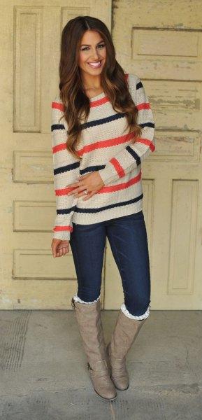 vitblå och orange randig tröja med rosa läderstövlar