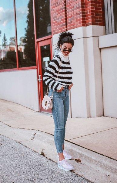 Mock Neck tröja med korta skinny jeans och vita sneakers