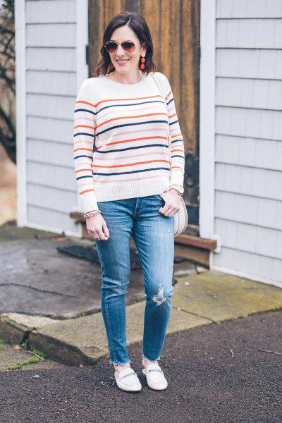 vit stickad tröja med blå jeans och tofflor