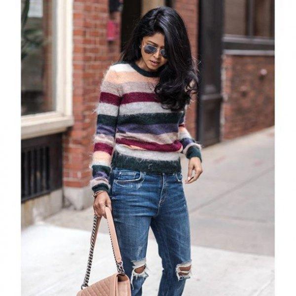 vitrosa och svart randig tröja med förstörda jeans