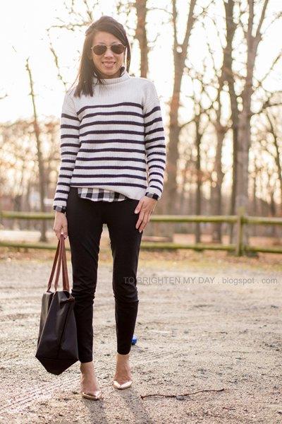 vit och svart tröja över rutig skjorta