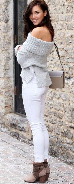 grå av axeln stickad tröja vita skinny jeans