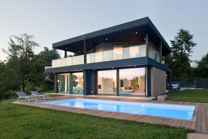 Komplex geometri i ett nytt tvåvåningshus, översvämmat med naturligt.