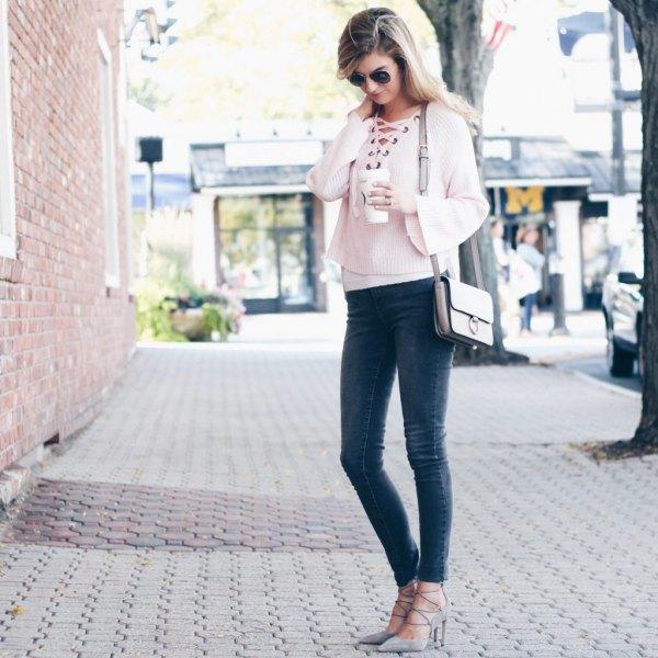 vit, beskuren tröja med halsringning och grå skinny jeans