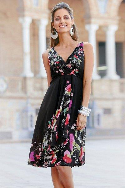 Wrap-klänning med svart passform och flared midi-blommönster och V-ringning