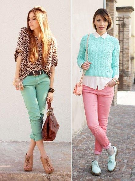 himmelsblå kortstickad tröja med vit skjorta och rosa jeans