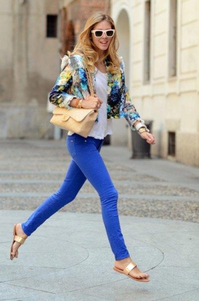 Kort kavaj med blommönster och kungsblå skinny jeans
