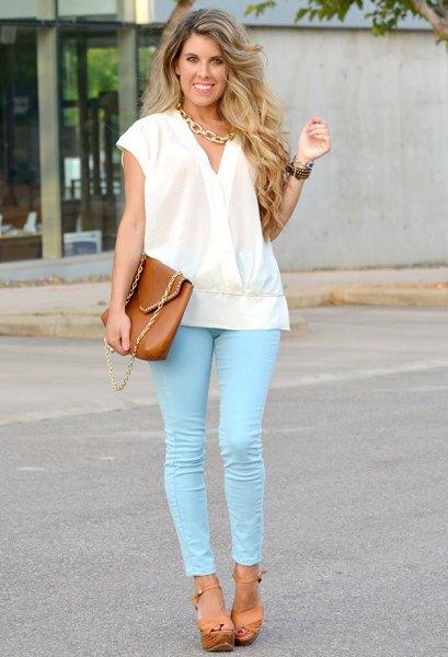 vit wrap-blus med kepsar och färgade skinny jeans