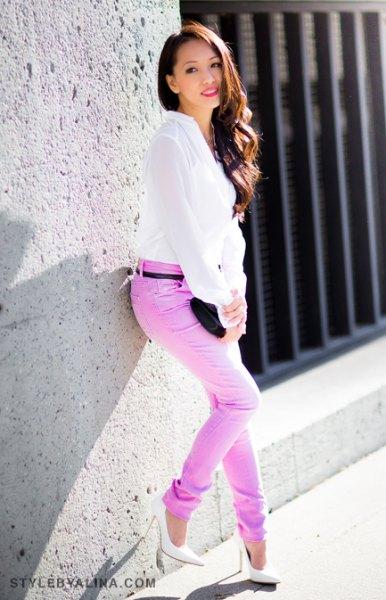 vit chiffongblus med färgade jeans i smal passform med bälte