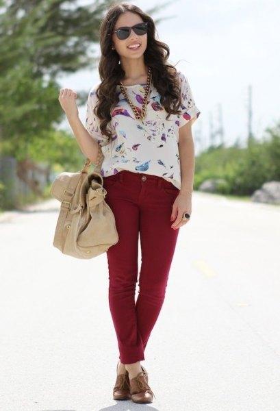 vit kortärmad blus med blommönster och röda slim fit-jeans