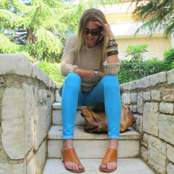 Blushrosa virkad tröja med himmelsblå skinny jeans