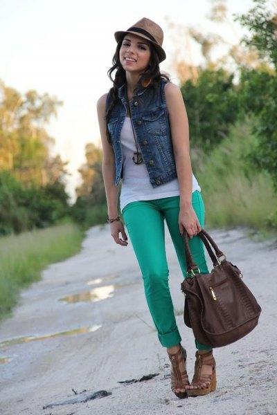 blå denimväst med ljusgrå jeans med muddar
