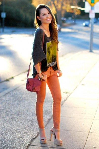 grå t-shirt med vida ärmar och orange skinny jeans