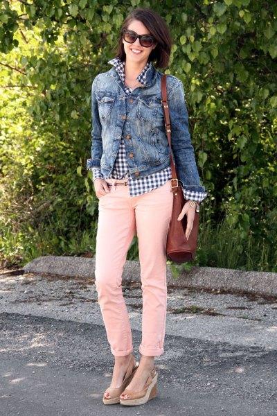 Jeansjacka med rutig skjorta och gräddfärgade slim fit-jeans