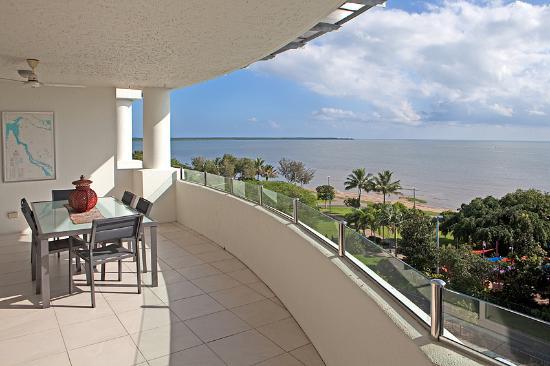 Stora balkonger med utsikt över Esplanaden eller Korallhavet - Bild.