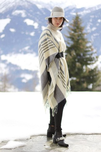 vitgrå randig stickad halsduk med floppy hatt