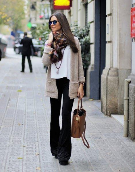 grå kofta med vit chiffongblus och svarta flared jeans