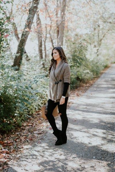 grå sjal med svarta skinny jeans och mockaskor