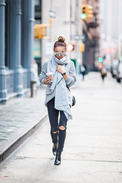grå ribbstickad halsduk med rippade svarta skinny jeans