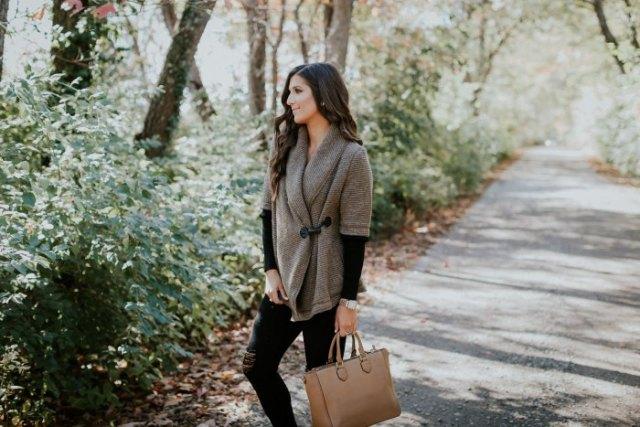 grå halvärmad tröja med svart långärmad skjorta och brun läderväska